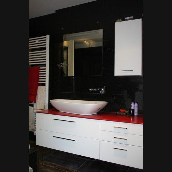 Badkamermeubel hoogglans wit opzetkom met rood silstone topblad