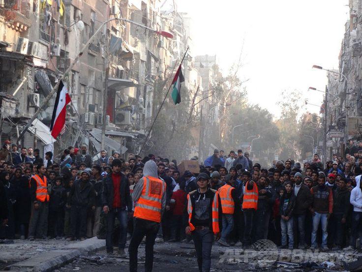 シリア首都ダマスカス(Damascus)のヤルムーク(Yarmuk)・パレスチナ人難民キャンプで、食糧の配給を受けるために集まる住民ら(2014年2月1日撮影、同2日提供)。(c)AFP/HO/UNRWA ▼4Feb2014AFP シリア首都の難民キャンプ、封鎖7か月で2万人が飢え http://www.afpbb.com/articles/-/3007525 #Syria #Siria #Syrie #Syrien #Yarmuk