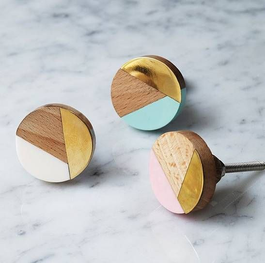 This Geometric knob is available in three colours , these knobs will add a cool look to any drawers or doorThey are designed using a pretty colour palate mixed with wood and brass, the geometric pattern is a very on trend way to liven up your cupboards These stylish and sparkling mixed media knobs are sure to make a striking statement on your drawers and doors. They come with a bolt and fixingsbrass . wood .Diameter 3.5cm