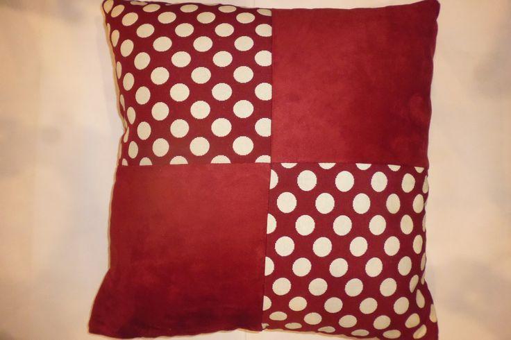 coussin rouge a pois et suédine : Textiles et tapis par kotonou
