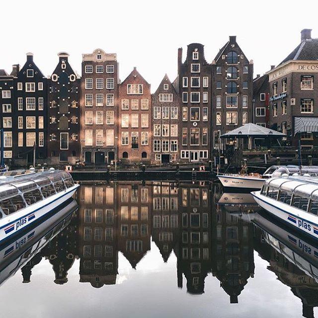 Typisch Amsterdam. Historische Häuser-Silhouette des Stadtzentrums. pic - Instagram: travelsmilk
