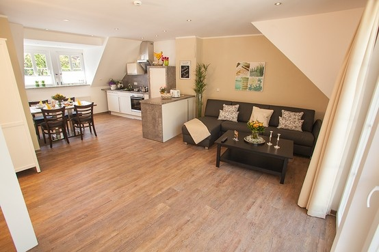 Im offenen, modernen Wohn-Ess-Kochbereich verbringen Sie entspannte und gesellige Stunden.