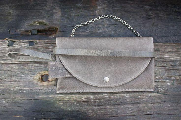 Pimps & Pearls Tasss 8: Een stoere leren vrouwelijke clutch van Pimps & Pearls. Een portemonnee, clutch en tas voor je mobiel. Alles in één!  Verkrijgbaar in 7 kleuren.
