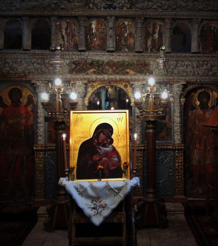Σύμφωνα με τους ιστορικούς της Λευκάδας Κωνσταντίνο Μαχαίρα και Παναγιώτη Ροντογιάννη, το 1605 ο ιερομόναχος π. Ιερεμίας Αραβανής από την Καρυά, έχτισε το ναό του Γενεσίου του Τιμίου Προδρόμου στο Λιβάδι της Καρυάς. Μαζί έχτισε και λίγα κελιά και κάλεσε και άλλους δύο μοναχούς …