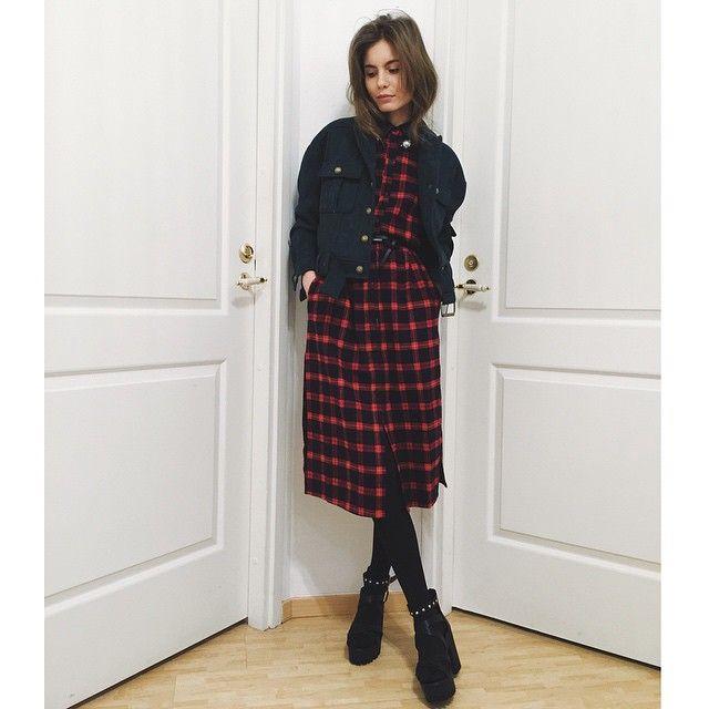 Длинная рубашка -платье( идет без ремня) , замшевая изумрудного цвета косуха и босоножки