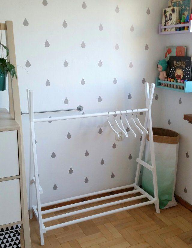 Biały stojak na ubrania dla dzieci.