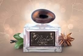 Vysoce elegantní a noblesní unisex parfém v sobě propojuje tóny bergamotu, anýzu a spolu s ambrou obklopenou dřevitými tóny santalu, šáchoru a vanilky tvoří dlouhodobou sofistikovanou vůni. V celé své síle odhaluje krásnou opojnou vůni, ve které se ukrývá tajemná smyslnost - www.essensworld.com - ID 10001234