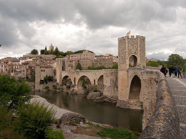 Una reliquia medieval (Besalú, Girona) Besalú es uno de los principales conjuntos medievales de España, un paisaje urbano congelado en el tiempo que incluye puentes, murallas y construcciones que no han cambiado por siglos.