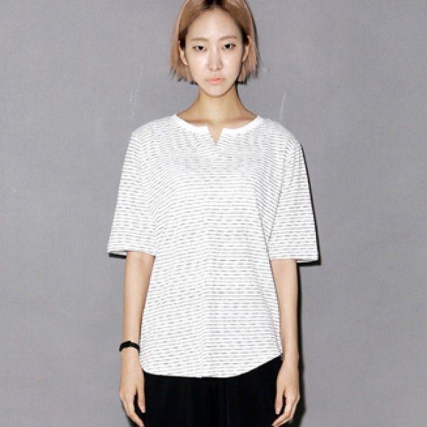 Today's Hot Pick :スキッパーネック風細ボーダーTee【BLUEPOPS】 http://fashionstylep.com/P0000XSQ/ju021026/out さらりと心地よいコットン素材で作ったTシャツ。 単色細ボーダーで夏らしく仕上がっています☆  ネックラインにはスキッパーネック風にV開きにし、首ラインをすっきり。 ベーシックなデザインながらも裾のカーブにより女性らしく、メリハリがつき、全身を細くながく見せます。 クロップドパンツと合わせれば、大人カジュアルなコーディネートに♪ 身長によって着丈感が異なりますので下記の詳細サイズを参考にしてください。 ◆3色:ブラック/レッド/ブルー