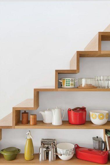 Des étagères pour la cuisine sous l'escalier, une façon originale de ranger casseroles et autres bols.