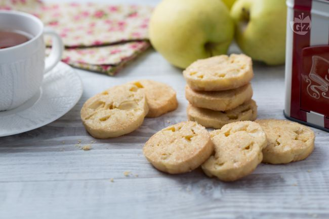 I biscotti alle mele sono golosi biscotti di pasta frolla, arricchiti da una dadolata di mele e da una superficie croccante di zucchero di canna!
