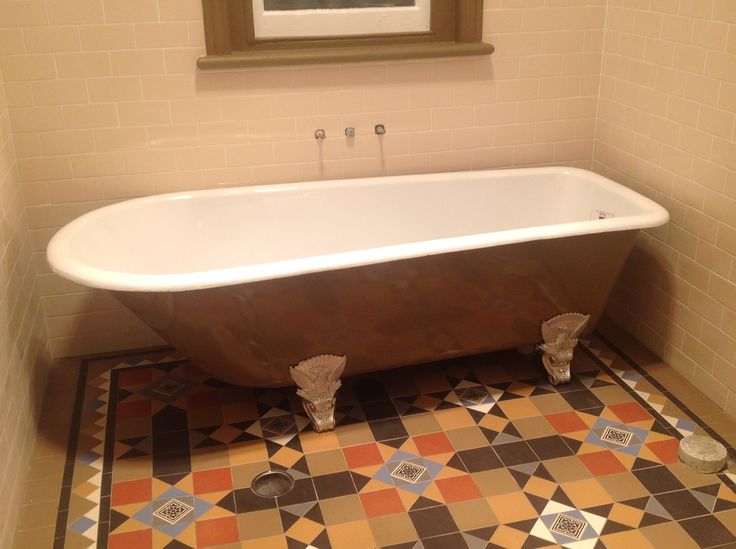Victorian shape bath, made approximately 1860's fully restored with the vitreous enamel interior in white, external painted and feet,