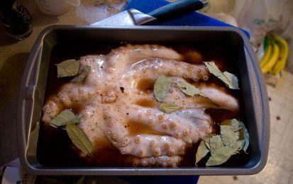 Polpo al forno - Oggi vi presenterò la ricetta di una vera e propria squisitezza, ideale da gustare anche durante il pranzo di Pasqua se ad esempio non gradite un secondo a base di agnello come invece vuole la tradizione pasquale. Io, essendo allergica a questo tipo di carne ho deciso che preparerò il polpo al forno