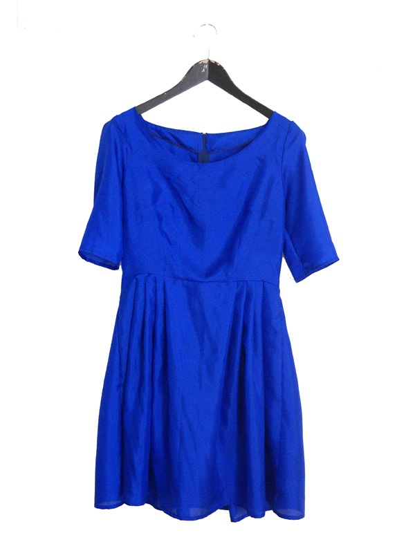 Klartblå sidenklänning.