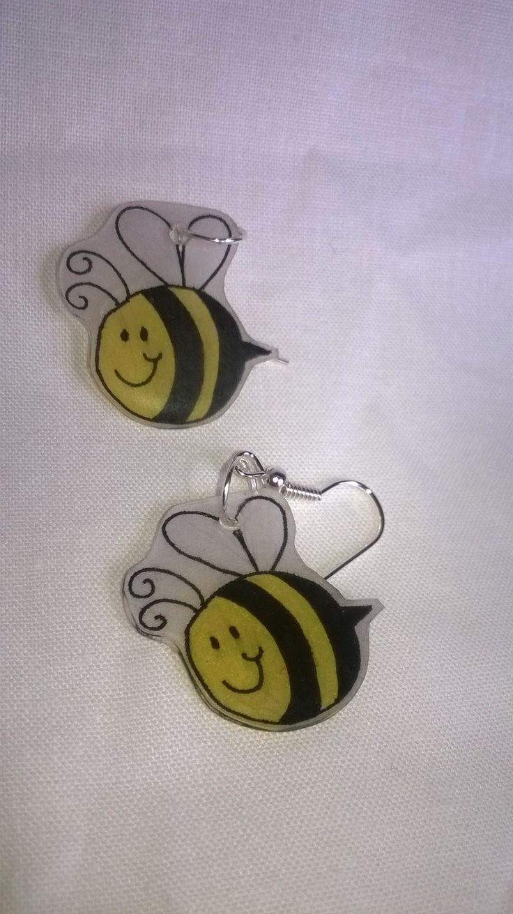 """Boucles d'oreille en plastique fou """"abeille"""" : Boucles d'oreille par dans-le-monde-de-virginie"""