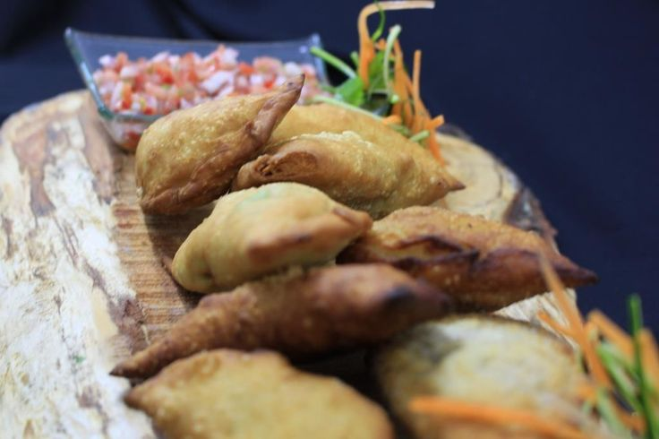 ::Tabla Pupuya:: Empanadas camarón-queso, pino, mariscos y queso de cabra-aceituna.