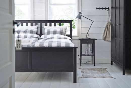 This black-brown HEMNES double bed in durable solid wood has that elegant, yet traditional look that never goes out of style. Adjustable bed sides allow you to use mattresses of different thicknesses.