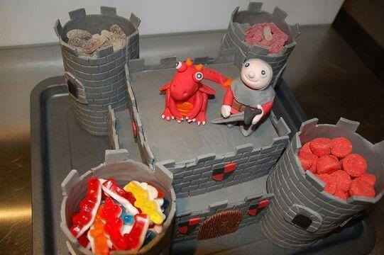 gateau anniversaire  chateau fort dragon et chevalier en pâte à sucre cake design