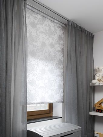 Deze stijlvolle grijze inbetweens zijn hier gecombineerd met een rolgordijn met een bloemig dessin.