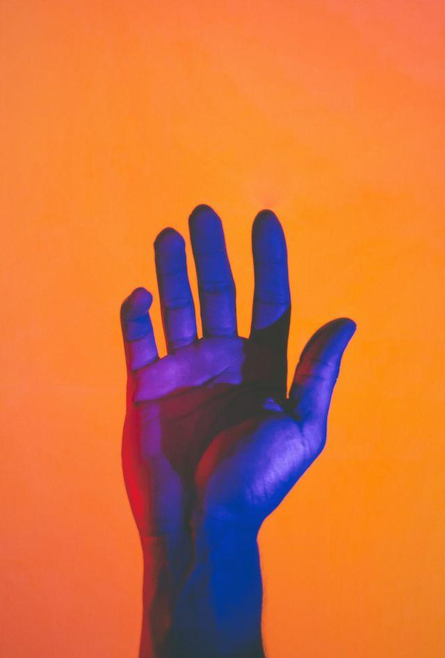 Hands under neon light - Le photographe Andre Elliott a capturé des mains dans des positions majestueuses et placées sous des néons multicolores à travers sa série intitulée « Acoluthic Redux ». Il livre des dégradés de couleurs vibrantes et des jeux d'ombres délicats.