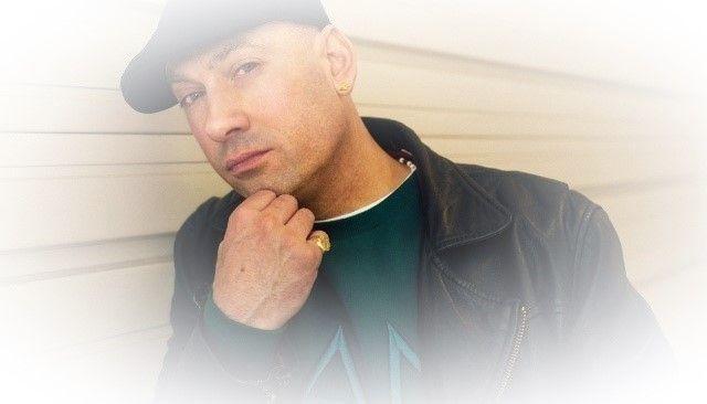 Extince is de onbetwiste Hip-Hop Ster van de Lage Landen. Met baanbrekende hits als 'Spraakwater', 'Kaal Of Kammen', '4-Voeters', 'Grootheidswaan', 'Ben Je Down', 'Repper-De-Klep', 'Wat', 'Vastdansen' en 'Microfoontje Test' lijkt er geen eind te komen aan de nu al meer dan 25-jaar durende professionele loopbaan van deze pionier van de Nederlands/Vlaamse Rap. Ook de huidige generatie Nederlandstalige Rappers eert hem om de weg die hij eigenhandig heeft vrijgemaakt. Check nu het nwe album 'X'