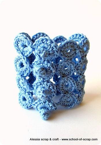 Una serie di 4 punti bolla ripetuti all'uncinetto ed ecco così un nuovo braccialetto estivo, molto semplice da realizzare, seguendo il link al tutorial del punto, da Alessia, scrap & craft
