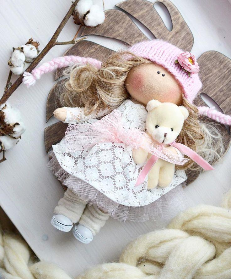 Доброе утро Куколкасшита на заказ✂️ Цена - 4500₽ _____________________________ • • • • • #кукла #интерьернаякукла #тильда #подарок #интерьернаяигрушка #игрушка #мягкаяигрушка #чтоподарить#коллекционнаякукла #подарокнановыйгод #текстильнаякукла #ручнаяработа #продается #handmade #вязание #платье #туфли #новыйгод #пуф #хобби #рукоделие #вяшаныйплед #новыйгод #шапка #варежки #косметика #творчество