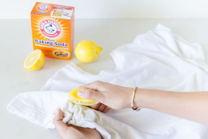 Get rid of an armpit stain with lemon juice and baking soda.  Squeeze fresh or concentrated lemon juice and water onto the stain and rub the mixture in. Allow the shirt to dry out in the sun for extra stain-removing power. For tough stains, create a paste of baking soda and water and apply to the stain. Let it sit for about an hour before throwing it into the wash.