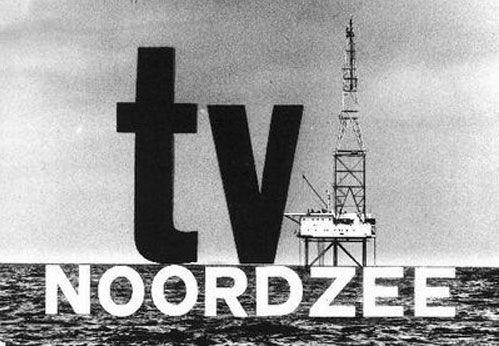 augustus 1964Vanaf het REM-eiland beginnen de uitzendingen van TV Noordzee, voornamelijk met buitenlandse series en speelfilms. Het eerste commerciële Nederlandse televisiestation wordt binnen korte tijd zeer populair. Na twee maanden heeft 17% van de bevolking een speciale REM-antenne aangeschaft, waarmee TV Noordzee ontvangen kan worden.TV Noordzee