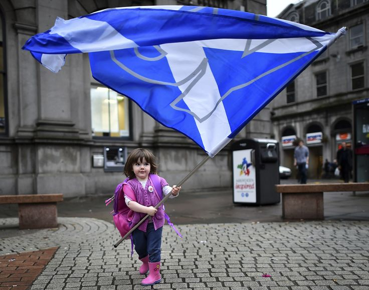 "Un copil se joacă cu steagul pro-independenţă ""Yes"" înaintea referendumului pentru independenţa Scoţiei, în Aberdeen, Scoţia, luni, 15 septembrie 2014. (  Ben Stansall / AFP  ) - See more at: http://zoom.mediafax.ro/news/pictures-of-the-week-15-21-septembrie-2014-13321289#sthash.Qtkx2bSF.dpuf"