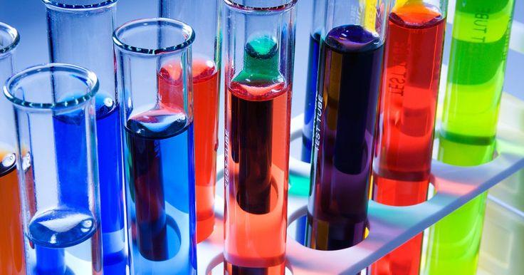 Cómo convertir gramos a moléculas de moles. Un mol es una unidad universal química que es igual a 12 g de carbono-12. Debido a que las balanzas pesan en gramos, no moles, las conversiones de gramos a moles son comunes en entornos de laboratorio. El cálculo requiere que sepas la cantidad en gramos y el nombre químico de la sustancia (tal como cloruro de sodio o NaCl). Tendrás que calcular el ...