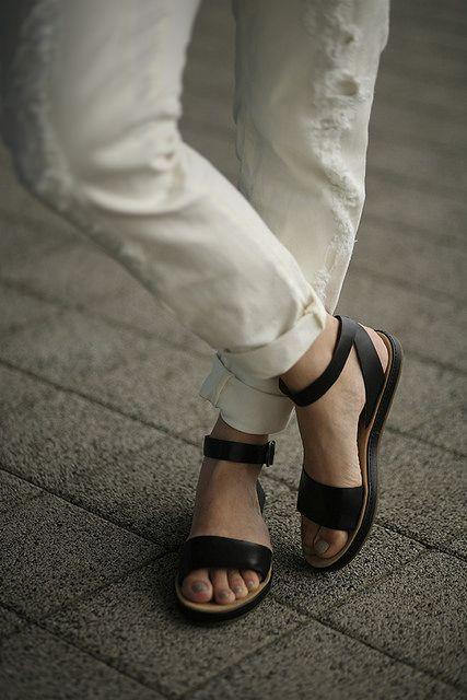 Black and white Mango boyfriend jeans Clarks sandals Fashionzen