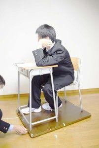 09_0100_d_目高_学校机・頬杖をつく(学ラン)