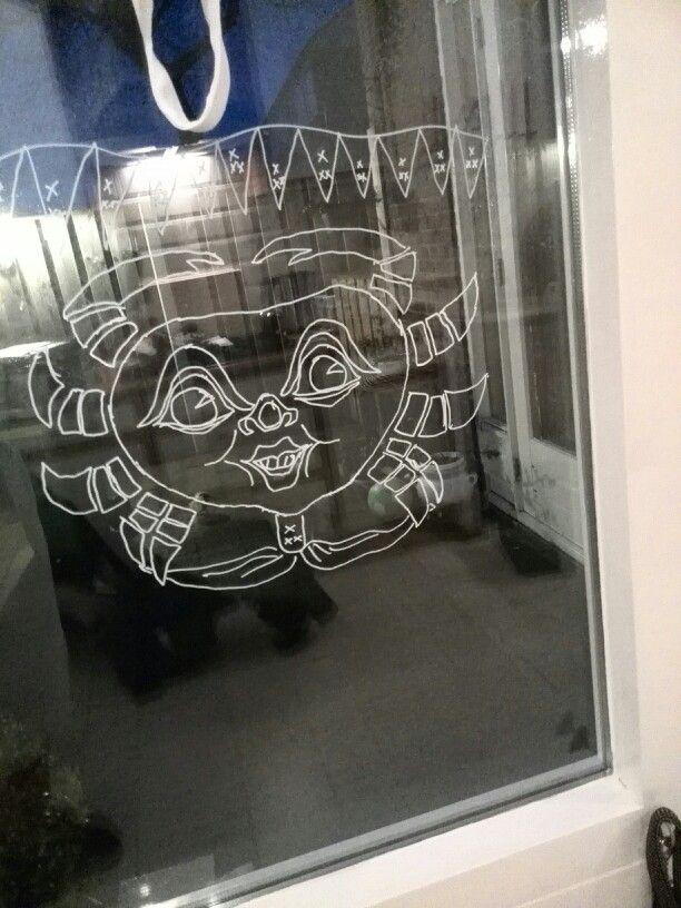 Krab op t raam tekenen met een krijtstift voor op glas