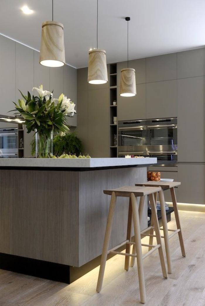 cuisine avec bar, cuisine commode de style moderne équipée simplement