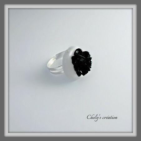 bague réglable en métal argenté et sa rose en résine noire : Bague par chely-s-creation