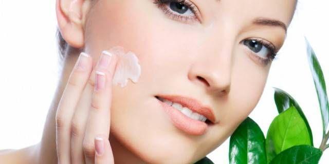 L'IMPORTANZA DELLA CURA DEL VISO! Cosa vuol dire essere bella? I risultati di un sondaggio! Di tutte le parti del corpo il viso è quella di cui le donne sono maggiormente orgogliose (il 25% delle donne). Solo le Inglesi (22%) e le Tedesche (18%) mettono al primo posto i capelli.  Il viso dunque è al centro di tutte le attenzioni. Il 61% delle donne rivela di coccolare innanzitutto il proprio viso con l'aiuto di creme giorno, creme notte, prodotti illuminanti ed esfolianti.