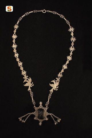 Sardegna DigitalLibrary - Immagini - Collana in filigrana d'argento con motivi a pavoncella e pendente amuleto sabegia