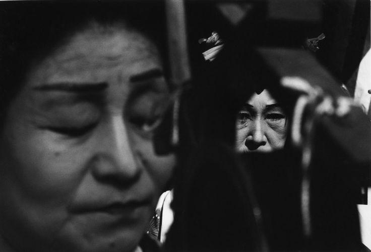 Shomei Tomatsu, Street Entertainers, de la serie Chindon, Tokyo, 1961.