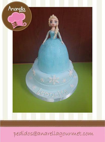 Una de las tortas más tiernas que hemos hecho es esta de #Elsa de #Frozen… el vestidito es torta también y los detalles de #snowflakes son adorables… las delicadas chispas de brillo hacen de esta torta, algo mágico y delicado… nos encantó! #FrozenCake #ElsaCake…