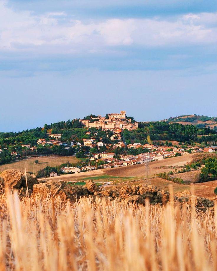 The beautiful land around Castello di Gradara . . . I was here with a fantastic team: @eliagrilli @giorgio_bei @senzazucchero84 @paolovillani . . . #marche #igmarche #volgomarche #yallersmarche #italia #italy #ig_italy #ig_italia #city #town #italian_places #italiainunoscatto #whatitalyis #volgoitalia #yallersitalia #italian_trips #gradara #castellodigradara #ig_marche #ig_worldclub #town #love #castle #pesaro #igersitalia #igersmarche #hills