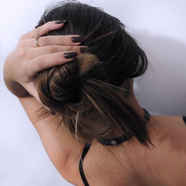 Só um pouquinho mas mudou #cabelo #mechas #bagunçado #coque #love ##mudança…