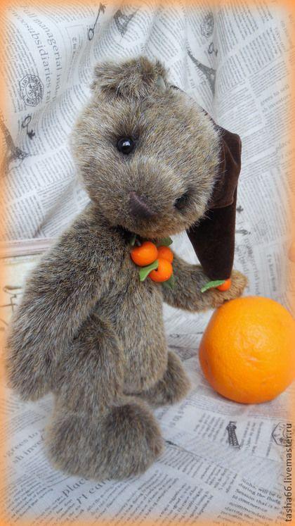 Люблю аписины! Тедди мишка.. ' Люблю апельсины!' -сказал мне мишенька...и я постаралась для него.  Сшит из чудесного германского мохера,имитирующего великолепие натуральной шкурки медведя.  Отливает и коричневым, и серебрянно- серым,кончики ворса рыжеватые.