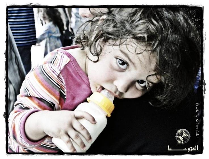 يد صغيرة ووجه بريء وبعض الحليب ((طفلة مع أمها عند مدخل دمشق القديمة جانب القلعة ))  By: Sahera saleh  http://www.facebook.com/photo.php?fbid=372095959526797=a.340189222717471.79221.335986726471054=1    http://motawasset.com/motawasseteyeglass.aspx
