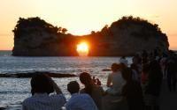 Shirahama-cho Wakayama, Japan 円月島の海食洞に夕日 白浜町