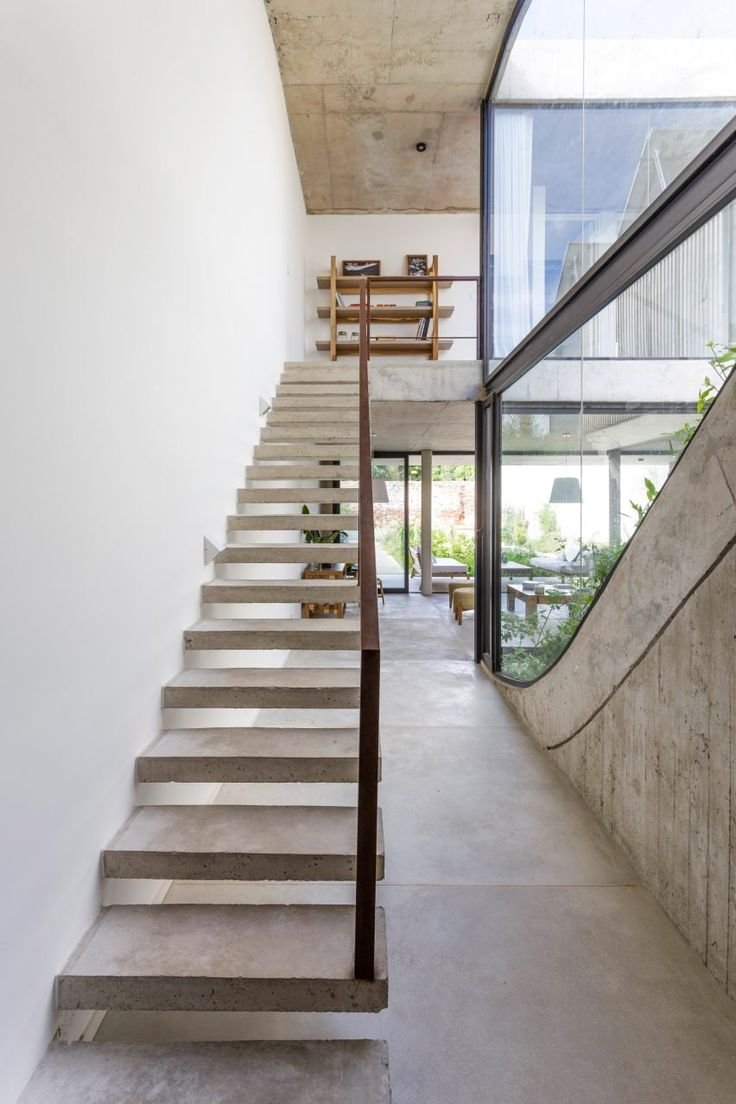 """""""The premise was to develop a project in a plot between infill buildings, while reducing to the maximum extent possible the loss of green spaces due to the construction of the house,"""" said the architects."""
