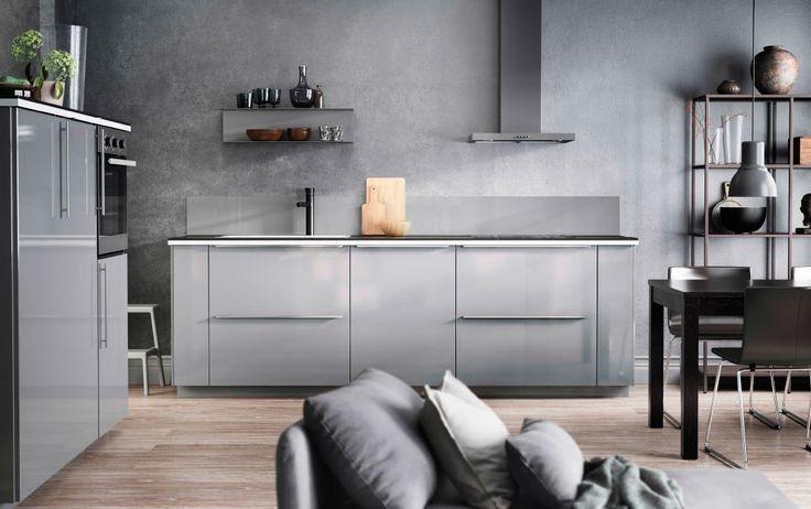 Design de cozinha cinzenta, com paredes cinzentas, portas cinzentas e acessórios cinzentos
