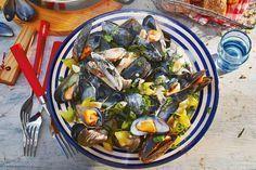 Moules marinières zoals het hoort: met sjalot, knoflook en wijn - Recept - Mosselen met witte wijn - Allerhande