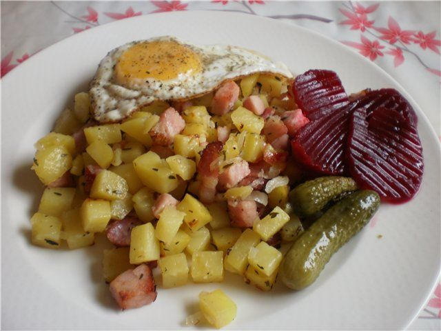 РYTT I PANNA Шведский домашний рецепт кусочков на противне от Неха 800 гр картошки - 0.8 евро за кило одна луковица-0.1 евро 250 гр каслера (копчёное свинное филе) -около 1 евро( 3.90 кг) 120 гр бекона-0.8 евро яйцо-0.2 евро