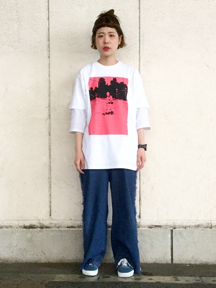 インパクトがあるTシャツをメインにコーディネートしました。Tシャツを目立たせるためにシンプルな合わせにしています。オーバーサイズのTシャツのインナーにあえてオーバーサイズの7分Tシャツを合わせたのがポイントです。